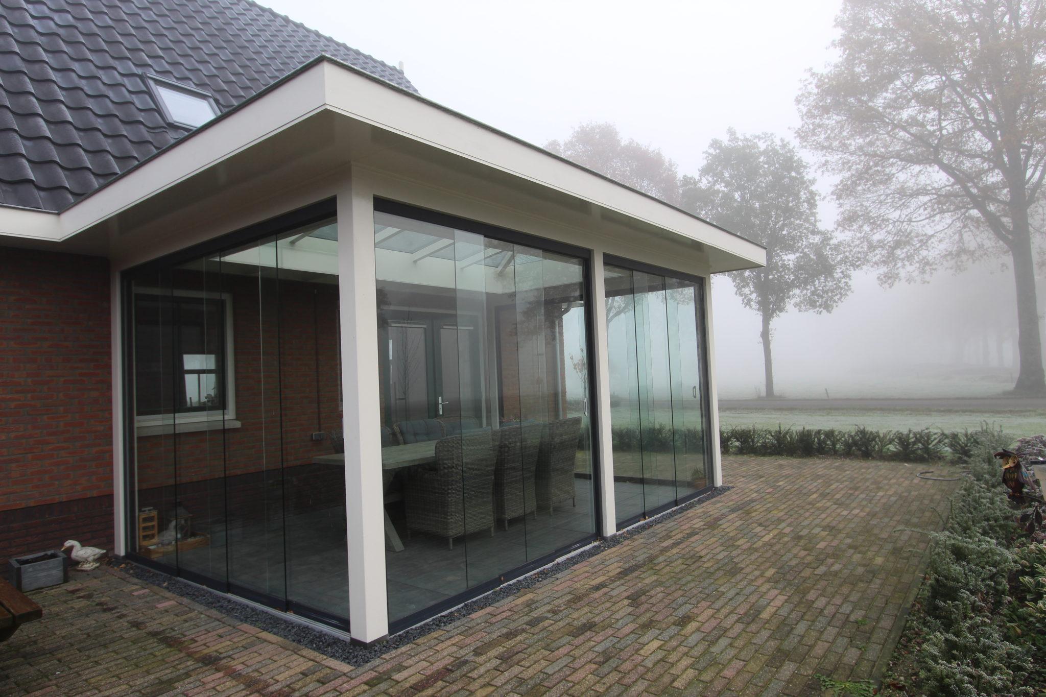Moderne tuinkamer met glazen schuifwand en lichtstraat te Klarenbeek