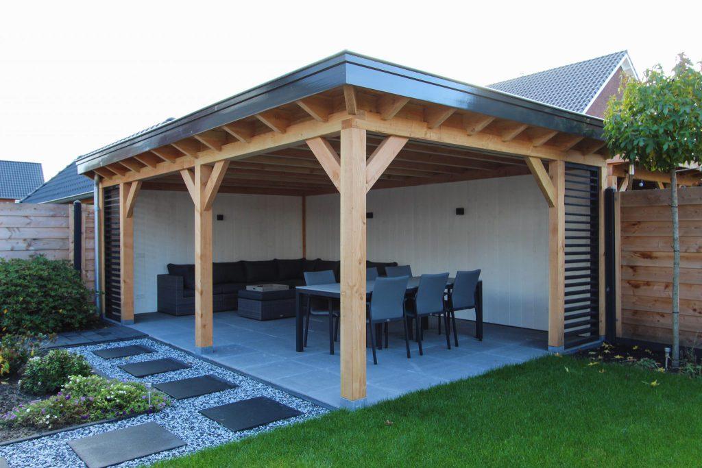 Houten terrasoverkapping of veranda met verlichting