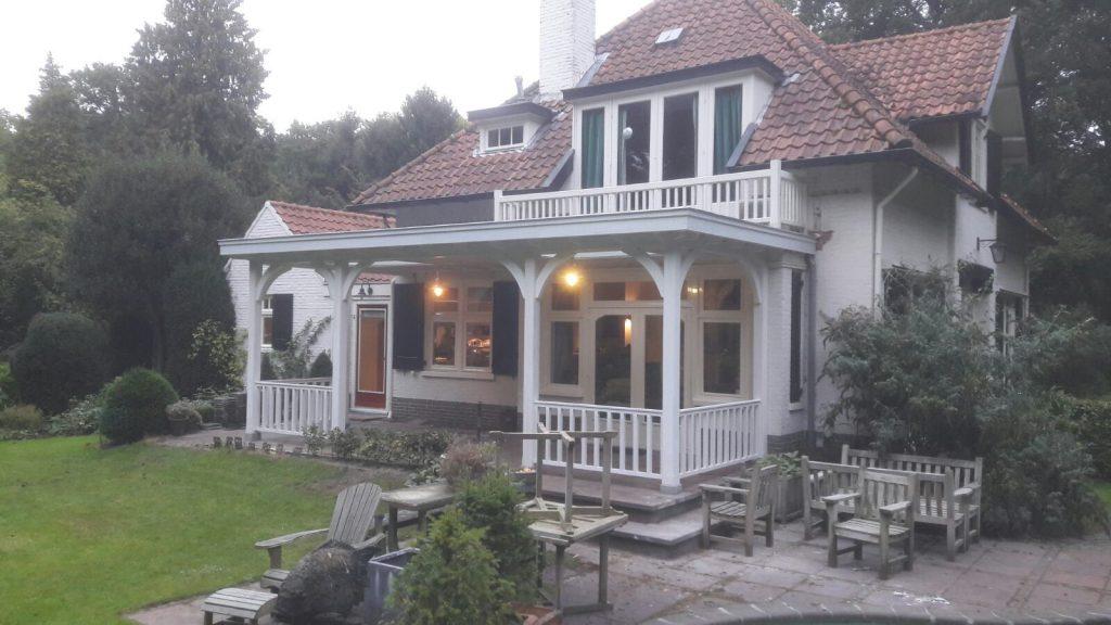 Klassiek veranda met hekwerk te Huizen_001