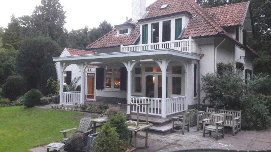 Klassiek veranda met hekwerk te Huizen_003