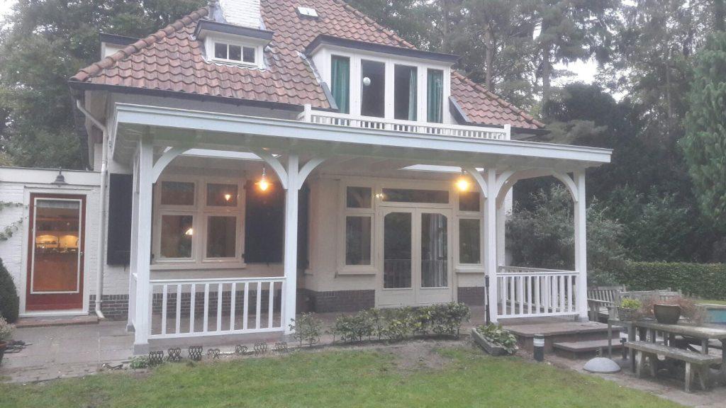 Klassiek veranda met hekwerk te Huizen_004
