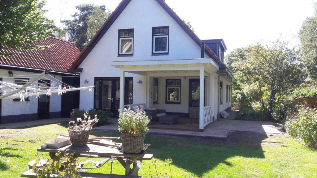 Klassieke veranda met hekwerk te Ermelo-001