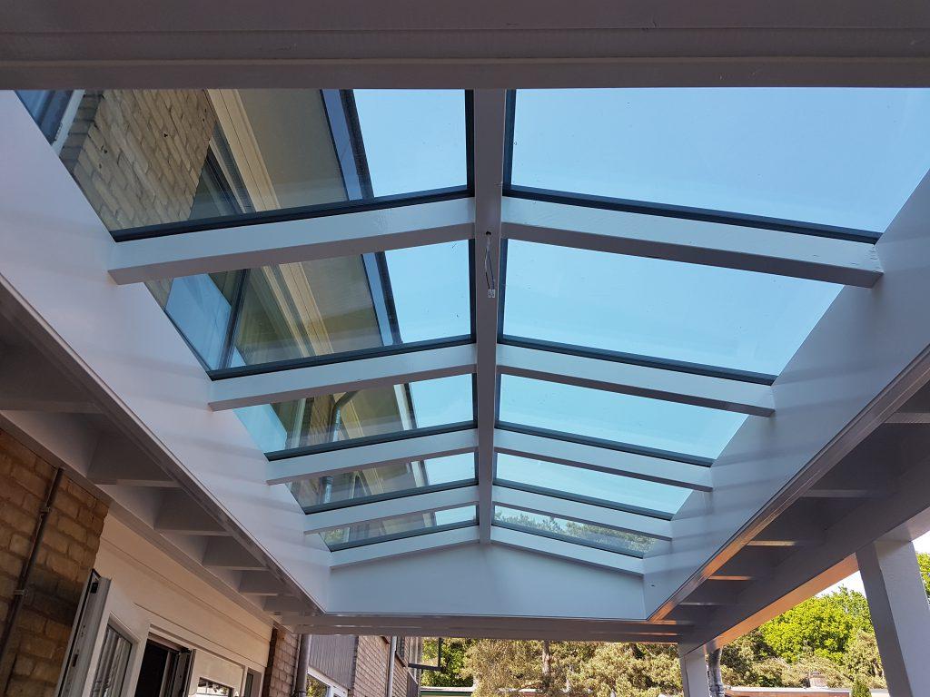 Moderne veranda met lichtstraat in Ede2
