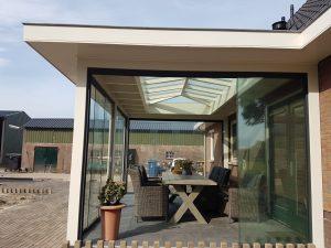 Moderne Tuinkamer met glazen schuifwanden en lichtstraat