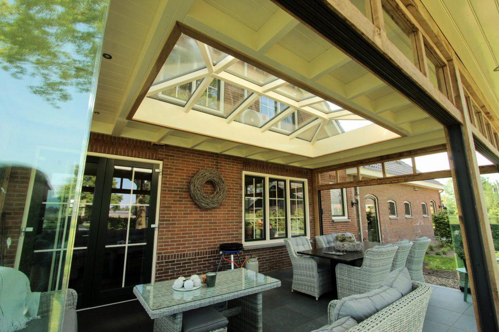 Glazen schuifpui in veranda met lichtstraat