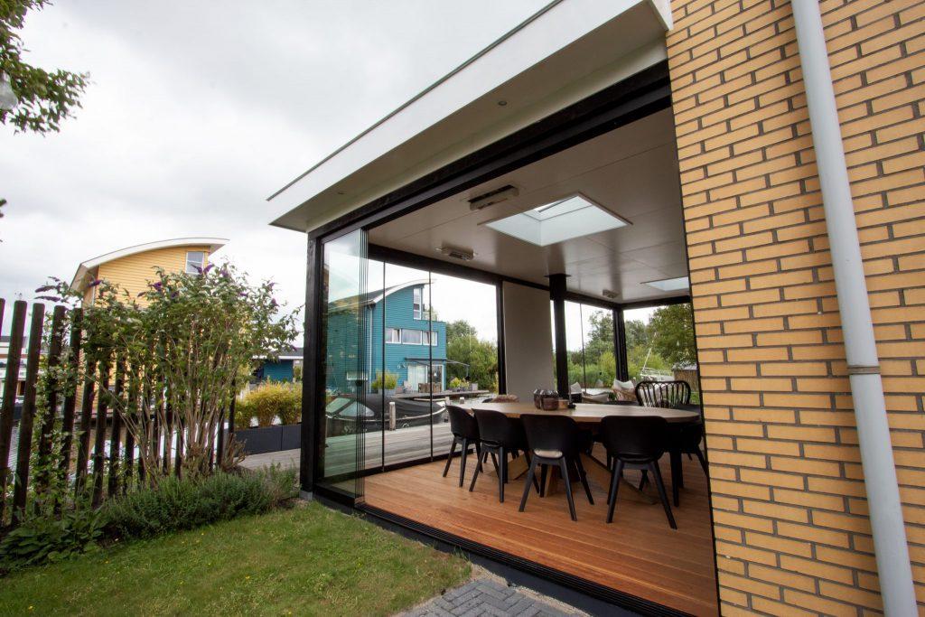 Moderne veranda met glazen schuifwanden in Leeuwarden