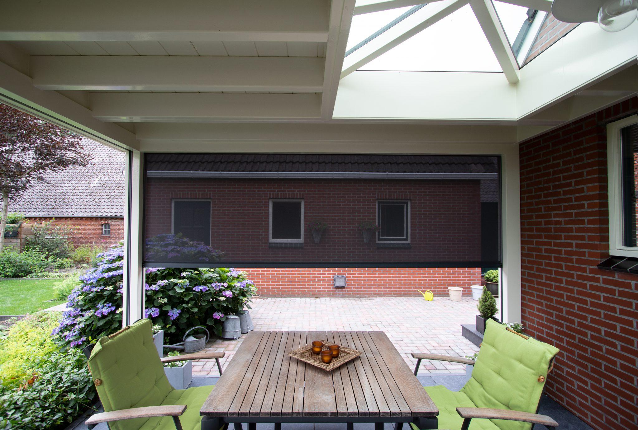 Moderne witte veranda met lichtstraat