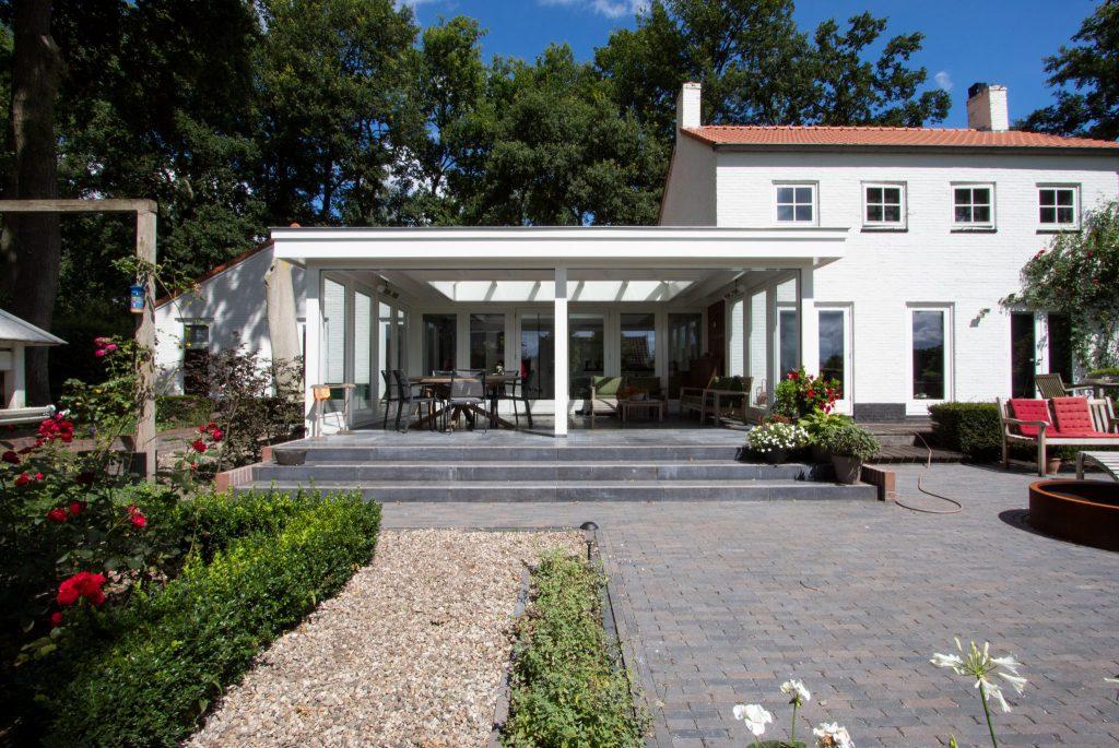 Moderne witte veranda in Leersum